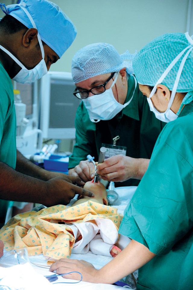 الأطباء خلال العملية
