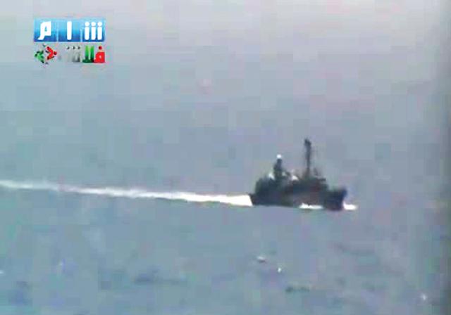 لقطة تظهر زورقاً حربياً قرب ساحل اللاذقية (ا ف ب)