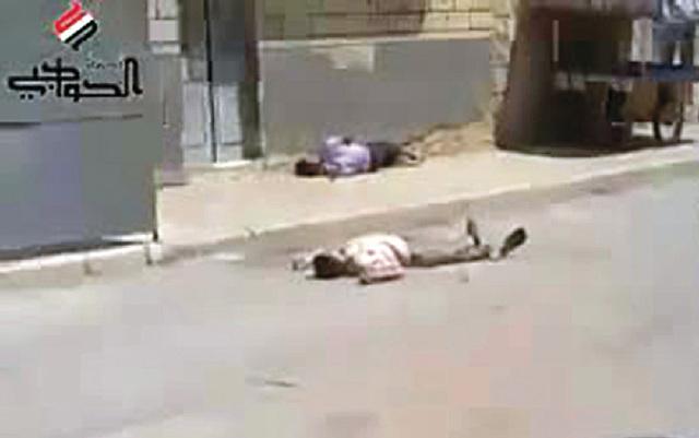 صورة وزعت أمس تظهر محتجاً مقتولاً في حلب خلال جمعة «لن نركع» (ا ف ب)