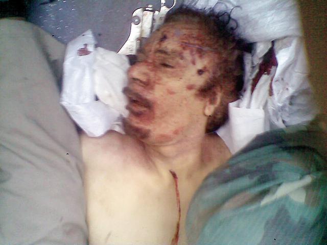 القذافي قتيلاً وآثار الرصاص على وجهه