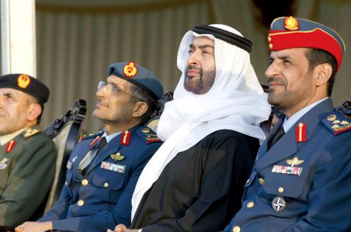 الصورة : محمد بن زايد يتابع العروض العسكرية
