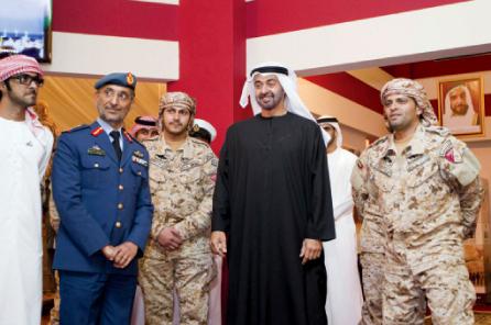 الصورة : ولي عهد أبو ظبي مع ضباط من القوات المسلحة