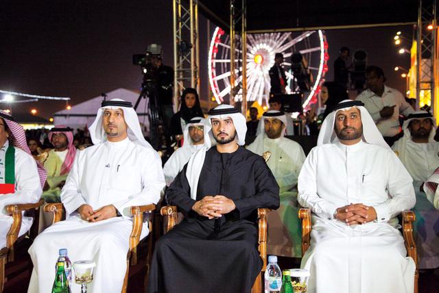 ماجد بن محمد يتابع العرض في القرية العالمية