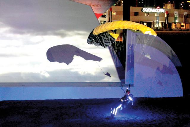 أحد المظليين يقم عرضاً فنياً في الهبوط