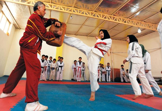 أفغانيات يتدربن على فنون القتال - الرياضي - خط النهاية - البيان