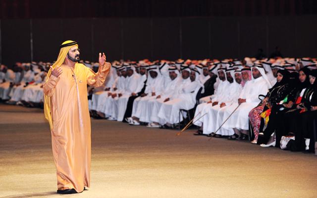 محمد بن راشد أثناء حديثه إلى جمهور المحاضرة