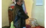 الصورة: زوج وفيّ يحمل زوجته على كتفيه منذ 5 سنوات!