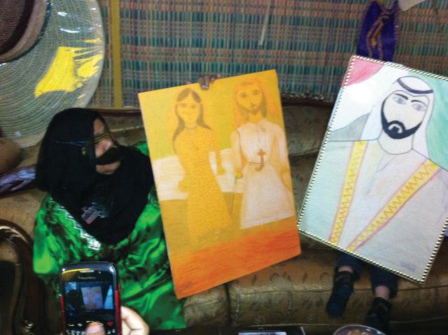 الصورة : شيخة السويدي مع رسوماتها