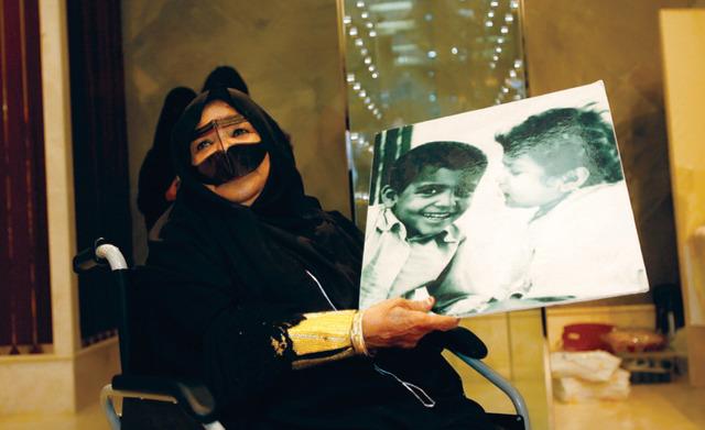 الصورة : شيخة السويدي مع إحدى صورها - تصوير ـــ مصطفى الأميري