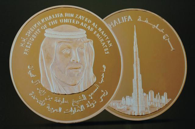 الصورة : صورة خليفة بن زايد وصورة لبرج خليفةعلى وجهي مسكوكة «عملة البليون»