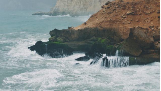 شاطئ المغسيل يظهر شموخ الجبال وجبروت البحر