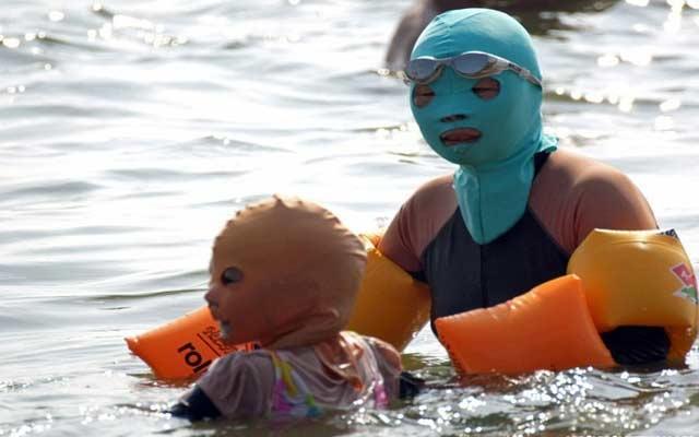 3ab835062 قناع الوجه.. أحدث هوس في الشواطئ الصينية - البيان