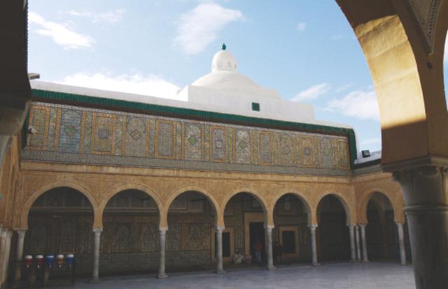 الصورة : نقوش اسلامية يضمها مسجد الأبواب الثلاثة