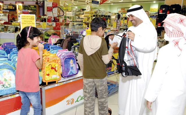 aa2872f106f0c عبدالكريم الأسطل  مكتبات تبيع حقائب موجودة في مراكز التسوق بسعر أعلى مستغلة  ضعف الرقابة