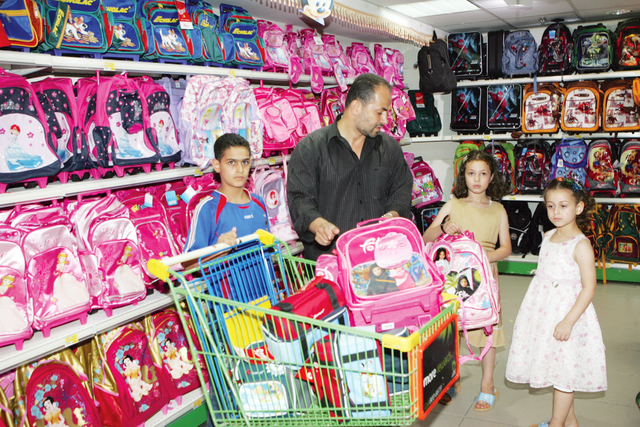 7653c23946123 عبدالكريم الأسطل  مكتبات تبيع حقائب موجودة في مراكز التسوق بسعر أعلى مستغلة  ضعف الرقابة