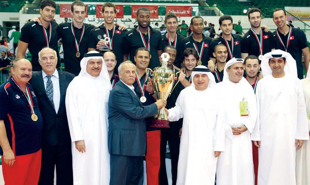 عبد الملك يسلم كأس البطولة إلى الفريق التونسي البطلتصوير يونس يونس