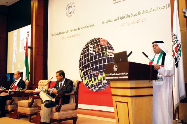 الصورة : د. عبيد سيف الزعابي يتحدث في الجلسة الأولى