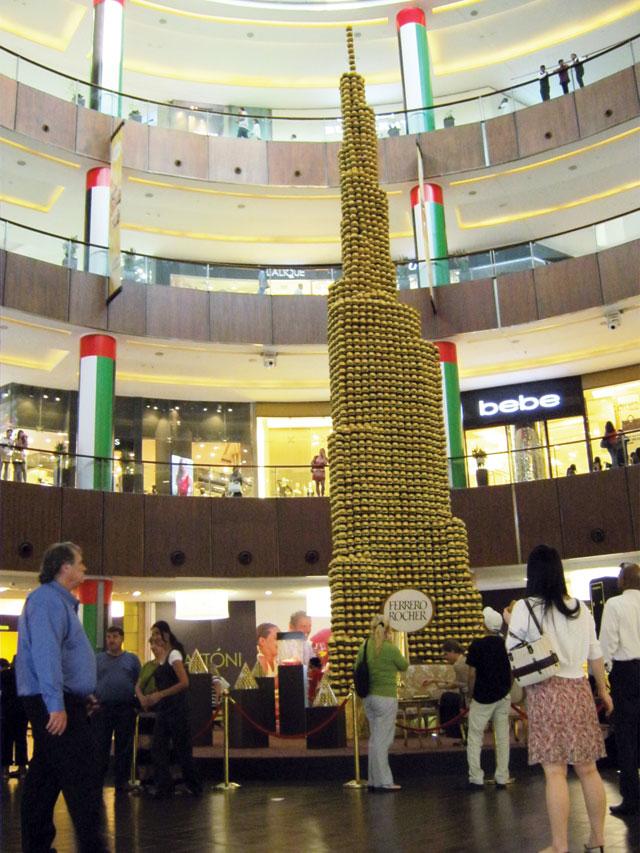 برج خليفة من الشوكولاتة في دبي مول فكر وفن شرق وغرب البيان