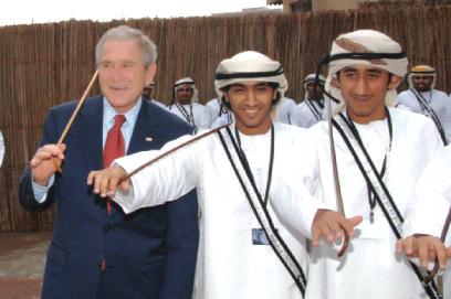 الصورة : الرئيس الاميركي السابق جورج بوش في إحدى الرقصات الشعبية الإماراتية