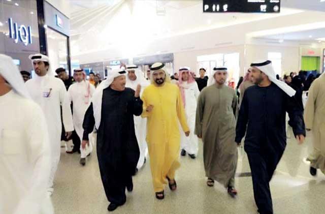 محمد بن راشد خلال جولة في اسواق الرياض بحضور مصبح الفتان وخليفة سليمان وسلطان السبوسي