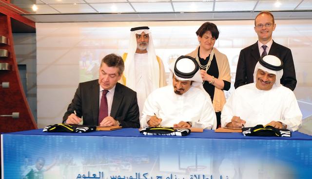 الصورة : محمد بن سليم أثناء توقيع الاتفاق مع جامعة الستر من المصدر