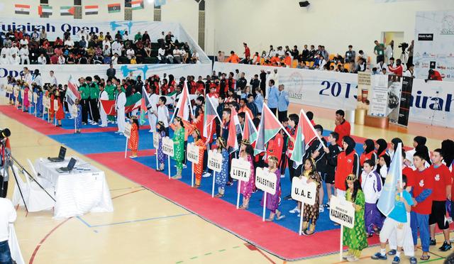 الصورة : استعراض الفرق المشاركة في البطولة خلال حفل الافتتاح تصوير محمد منور
