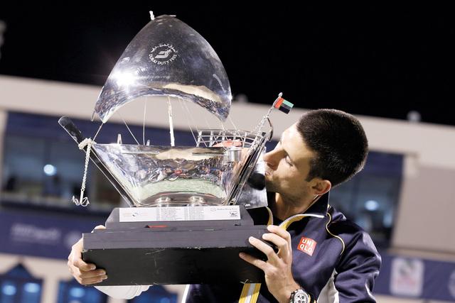 الصورة : ديكوفيتش يقبل كأس تنس دبي للمرة الرابعة تصوير -  عماد علاء الدين