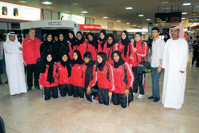 وفد منتخبنا لحظة وصوله إلى مطار البحرين للمشاركة في دورة المرأة الخليجية تصوير حصة إسماعيل