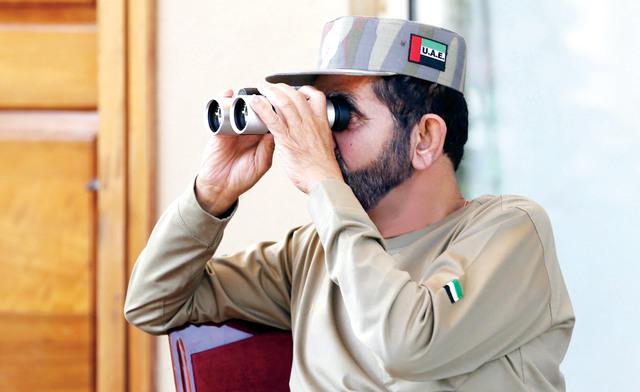 محمد بن راشد خلال متابعته السباق