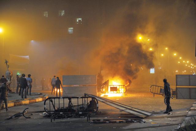 ألسنة النار تتصاعد من إطارات محروقة جراء الاشتباكات في بورسعيد أ.ف.ب