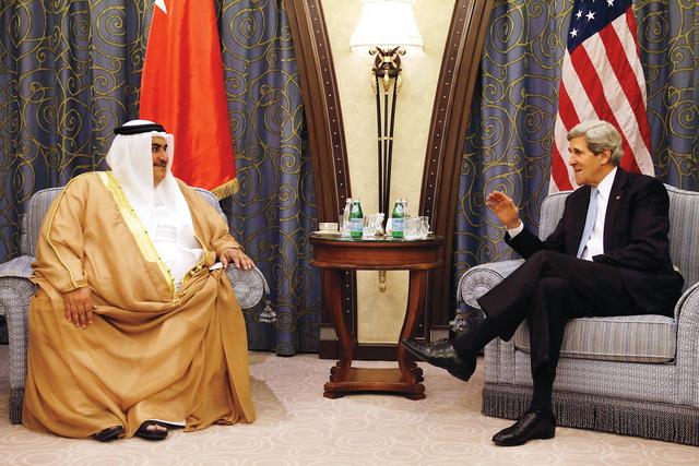 الصورة : الوزير الأميركي خلال لقائه نظيره البحريني خالد بن أحمد آل خليفة رويترز
