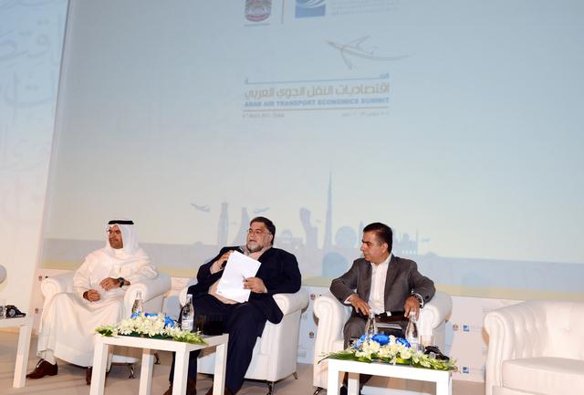 عادل علي ومروان بودي يتوسطهما مدير الجلسة ابراهيم الخياط في اليوم الثاني للمؤتمر     من المصدر