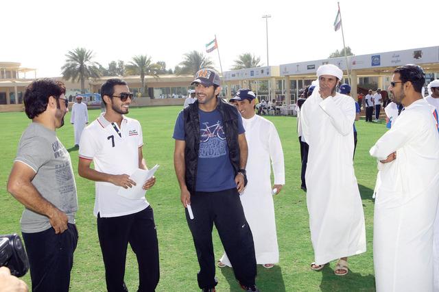 الصورة : حمدان بن محمد في حديث حول السباق  تصوير ــ عمران خالد