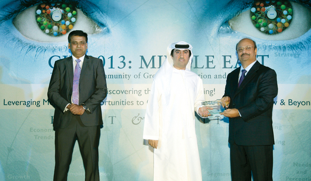 الصورة : محمد علي أحمد يتسلم الجائزة من الرئيس العالمي لـ«فروست آند سوليفان»