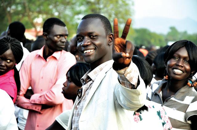 الصورة : شباب جنوبيون يبتسمون لكاميرا البيان