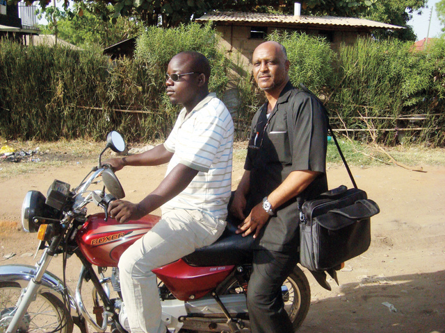 الصورة : موفد البيان يتجول في جوبا على متن البودا بودا