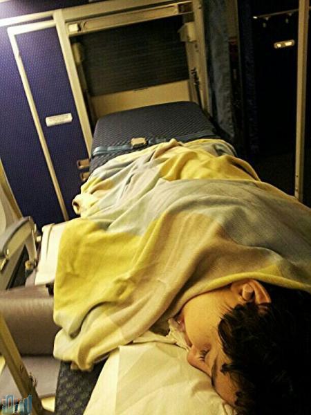 """الصورة : """"نورة"""" في الطائرة أثناء نقلها لمستشفى ويلينجتون في لندن"""