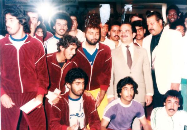 الصورة : الحسن بن طلال مع فريق العين لليد خلال البطولة العربية الرابعة في الأردن عام 1982