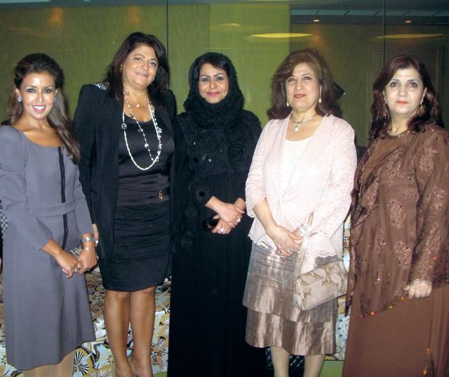 الصورة : القاسمي تتوسط مجموعة من سيدات الأعمال