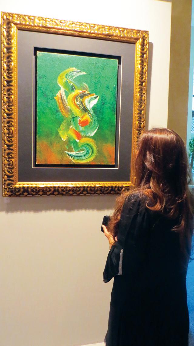 زائرة تتأمل لوحة غولغي