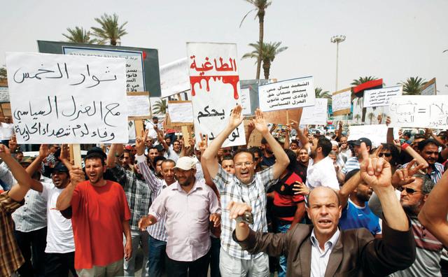 متظاهرون في ساحة الشهداء بطرابلس يطالبون بتطبيق قانون العزل رويترز