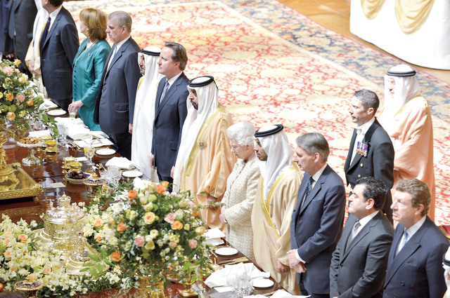 رئيس الدولة والملكة إليزابيث  ومنصور بن زايد وديفيد كاميرون خلال المأدبة