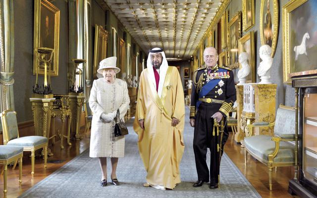 خليفة يتوسط الملكة إليزابيث ودوق أدنبره