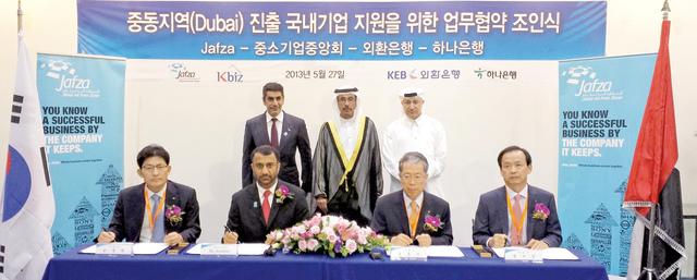 الجناحي خلال التوقيع مع المؤسسات الكورية بحضور عبد الله غباش من المصدر