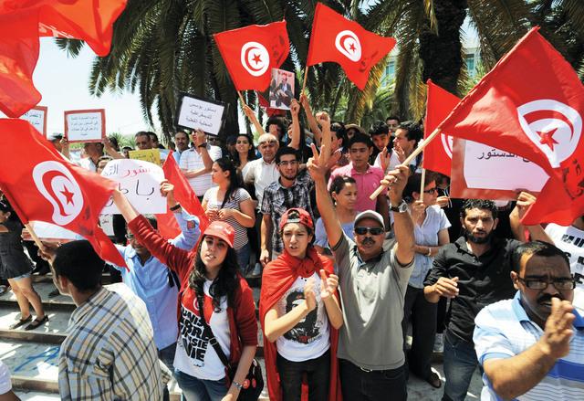 تونسيون اثناء احتجاج ضد حزب النهضة أمام الجمعية التأسيسية  أ.ف.ب