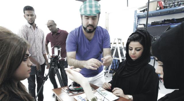 حسن كياني يعطي تعليماته أثناء تصوير «اللي تشوفونه»من المصدر