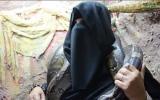 الصورة: شاهد.. سعودية وابنتها تقتاتان من الثعابين
