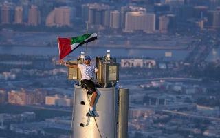 """الصورة: الصورة: حمدان بن محمد يختار قمة أعلى بناء عالمي """"برج خليفة"""" ليرفع علم الإمارات"""