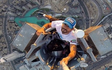 الصورة: الصورة: حمدان بن محمد يستعد لتسلق قمة برج خليفة