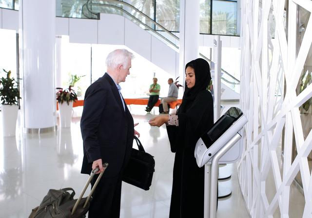 الصورة : منطقة اصدار شهادات المنشاة في غرفة تجارة وصناعة دبي تصوير خالد نوفل